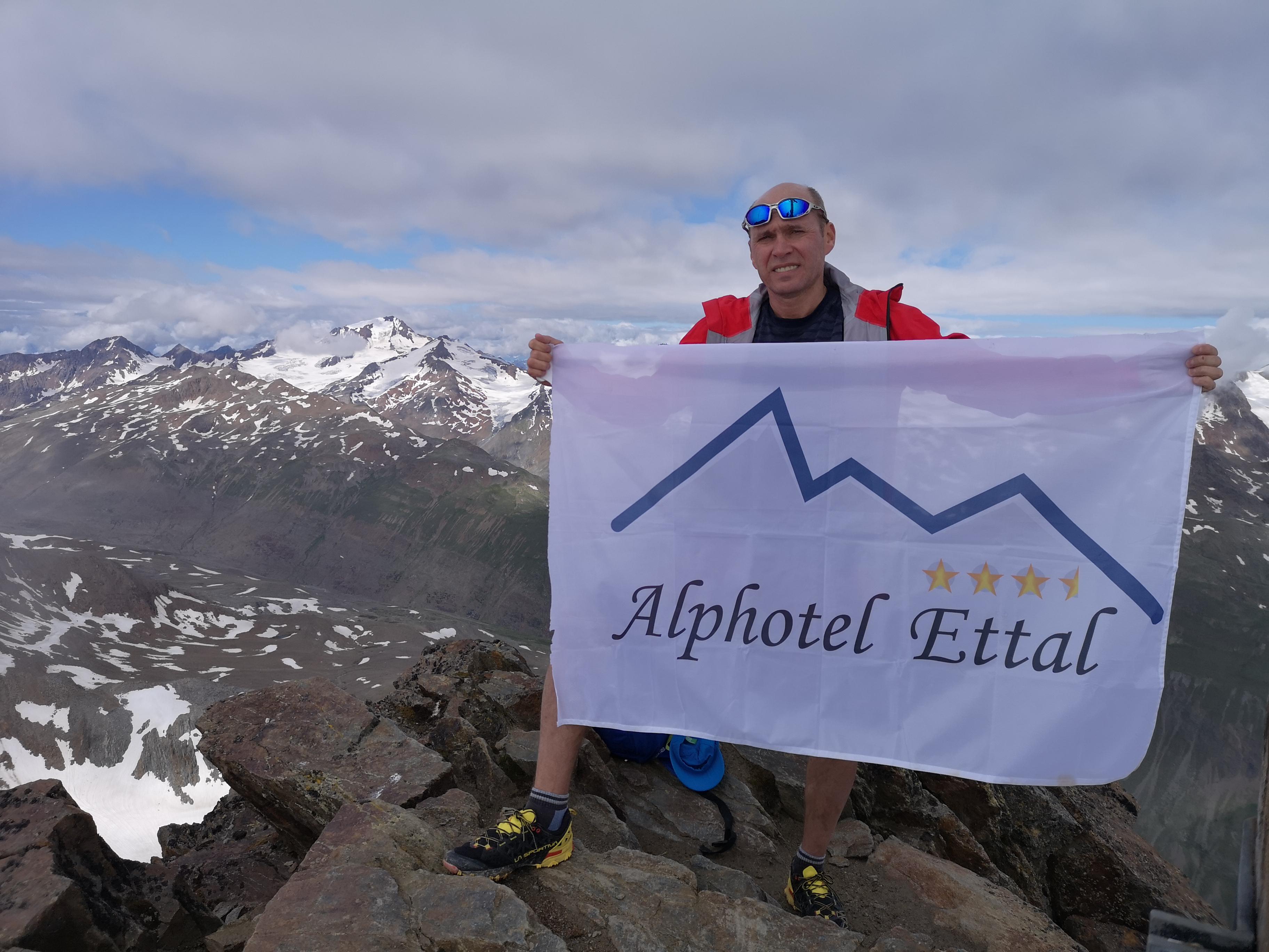 Bergtour Kreuzspitze Ötztal - Alphotel Ettal - Fahne